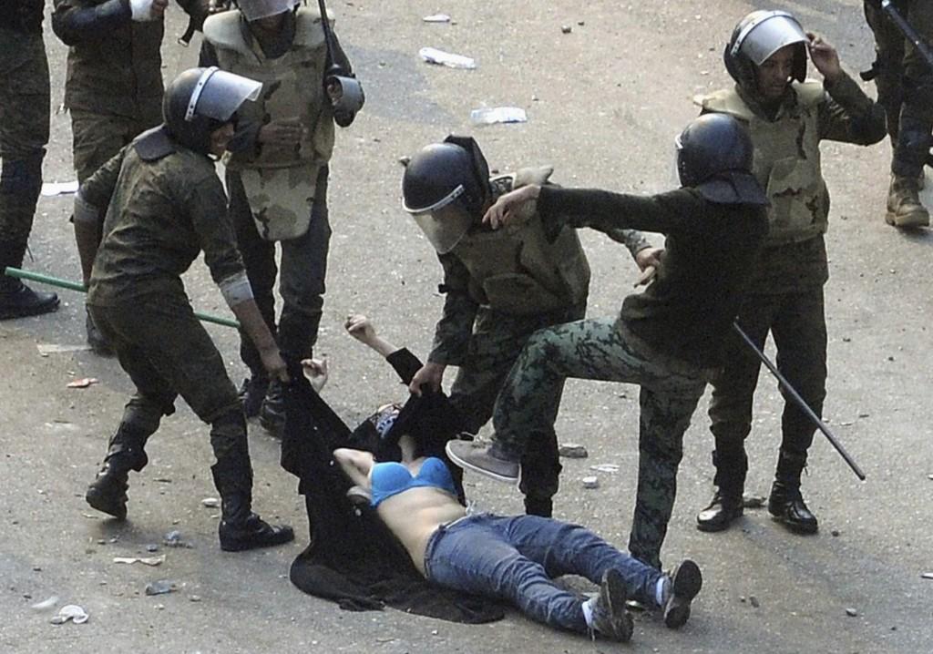 Mujer golpeada por la policía en la plaza Tahrir de El Cairo.