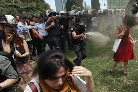 Imagen de una manifestante que se ha convertido en icono de las revueltas.