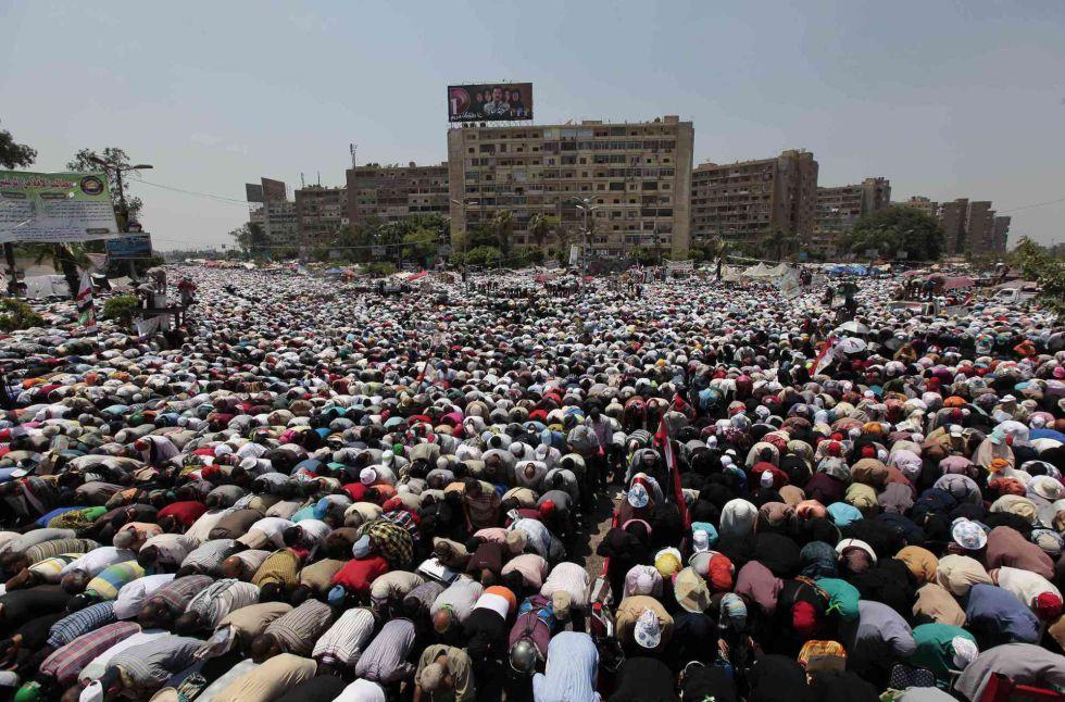 Momento de la oración en una manifestación pro Mursi en El Cairo, Egipto.