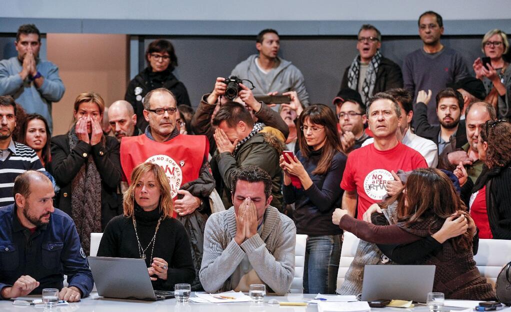Trabajadores de RTVV en el instante del fundido a negro de la televisión pública. Foto: Manu Bruque (EFE).