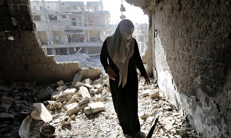 Una mujer palestina inspecciona los daños en su casa en Gaza. Foto: Hatem Moussa/Associated Press